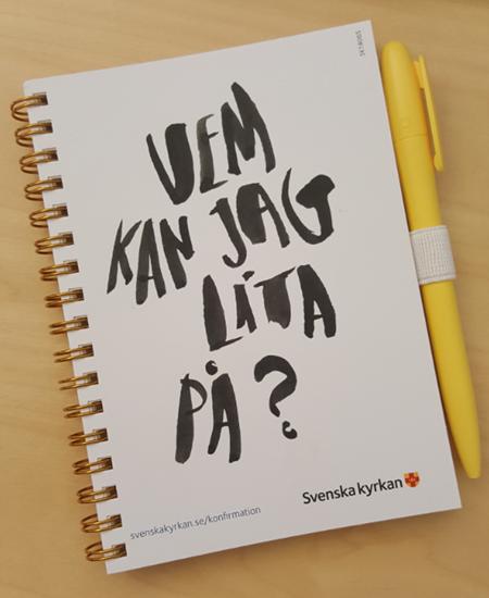 Bild på Anteckningsbok m penna i formatet A6. Krafttag konfirmation. OBS! 4-pack.